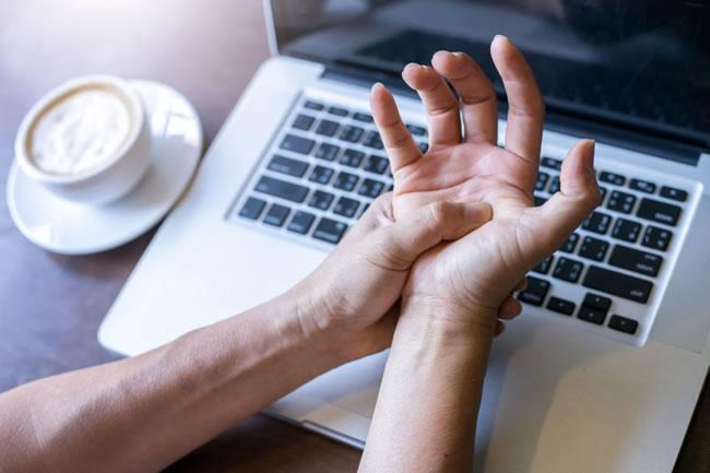 6 exercícios para prevenir a tendinite em tempos de home office